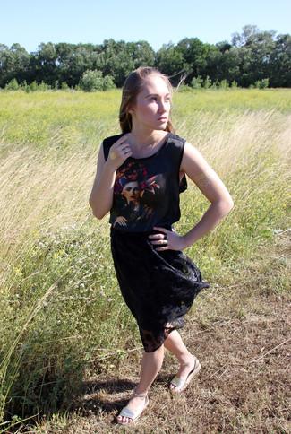 Cómo combinar: sandalias planas de cuero doradas, falda midi de encaje plisada negra, blusa sin mangas estampada negra