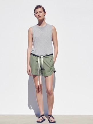 Cómo combinar: sandalias planas de cuero negras, pantalones cortos verde oliva, camiseta sin manga gris