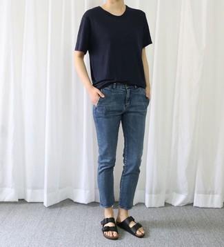 Cómo combinar: sandalias planas de cuero negras, vaqueros azul marino, camiseta con cuello circular azul marino