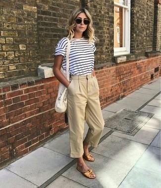 Cómo combinar: gafas de sol negras, sandalias planas de cuero doradas, falda pantalón en beige, camiseta con cuello circular de rayas horizontales en blanco y azul marino