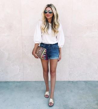 Cómo combinar: cartera sobre de punto en multicolor, sandalias planas de cuero doradas, pantalones cortos vaqueros azul marino, blusa de manga corta blanca