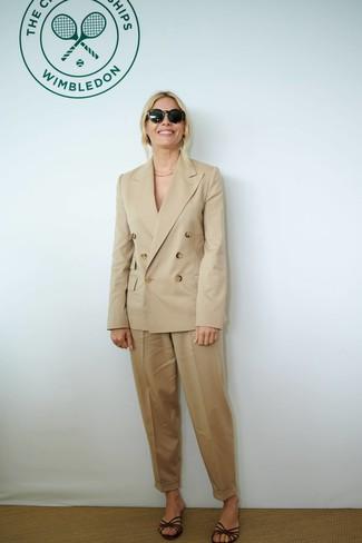Look de moda: Gafas de sol negras, Sandalias planas de cuero en marrón oscuro, Pantalón de pinzas marrón claro, Blazer cruzado marrón claro