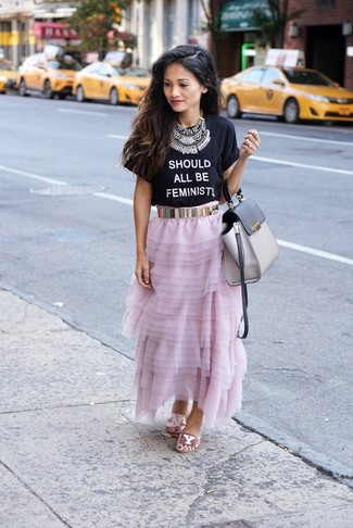 Cómo combinar: bolso de hombre de cuero gris, sandalias planas de lentejuelas rosadas, falda larga de gasa rosada, camiseta con cuello circular estampada en negro y blanco