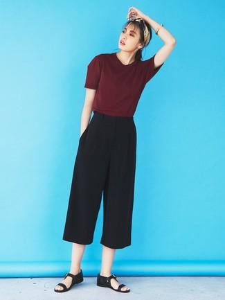 Cómo combinar: bandana en beige, sandalias planas de cuero negras, falda pantalón negra, camiseta con cuello circular burdeos