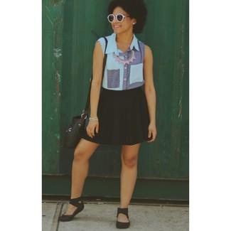 Combinar una falda skater negra: Considera emparejar una camisa sin mangas vaquera azul con una falda skater negra para conseguir una apariencia glamurosa y elegante. Si no quieres vestir totalmente formal, elige un par de sandalias planas de goma negras.