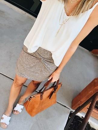 Cómo combinar: bolsa tote de cuero en tabaco, sandalias planas de cuero blancas, minifalda gris, blusa sin mangas de gasa blanca