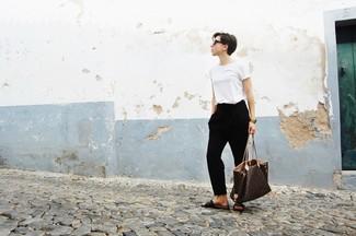 Combinar unas sandalias planas de cuero en marrón oscuro: Este combo de una camiseta con cuello circular blanca y un pantalón de pinzas negro te permitirá mantener un estilo cuando no estés trabajando limpio y simple. Si no quieres vestir totalmente formal, completa tu atuendo con sandalias planas de cuero en marrón oscuro.