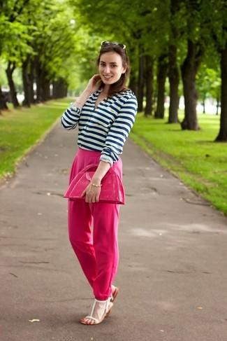 Cómo combinar: cartera sobre de cuero rosa, sandalias planas de cuero blancas, pantalón de vestir rosa, camiseta henley de rayas horizontales en blanco y azul marino