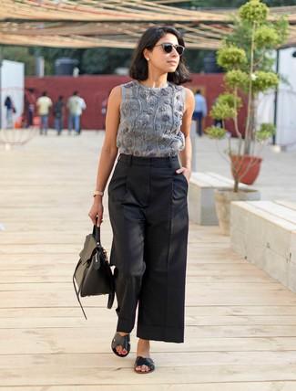 Una Blusa Sin Mangas De Vestir Con Unos Pantalones Anchos Negros Para Mujeres De 30 Anos Estilo Casual Elegante 3 Looks Outfits Mujere Lookastic Mexico