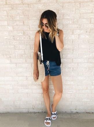 Combinar una blusa sin mangas negra: Elige una blusa sin mangas negra y unos pantalones cortos vaqueros azul marino para crear una apariencia elegante y glamurosa. Si no quieres vestir totalmente formal, opta por un par de sandalias planas de cuero en blanco y negro.