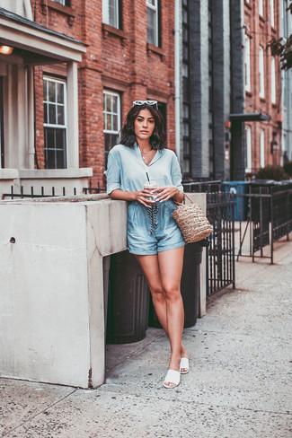 Combinar unas sandalias planas de cuero blancas: Utiliza una camisa de vestir de seda celeste y unos pantalones cortos celestes para una vestimenta cómoda que queda muy bien junta. Sandalias planas de cuero blancas resaltaran una combinación tan clásico.