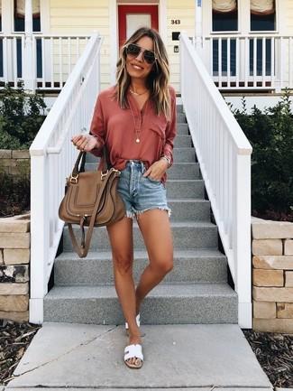 Cómo combinar: bolso de hombre de cuero marrón, sandalias planas de cuero blancas, pantalones cortos vaqueros azules, camiseta henley roja