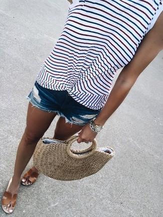 Cómo combinar: bolsa tote de paja marrón claro, sandalias planas de cuero marrónes, pantalones cortos vaqueros desgastados azules, camiseta sin manga de rayas horizontales blanca