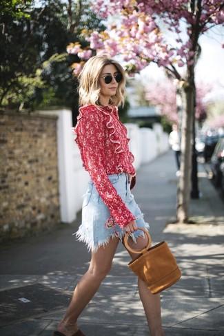 Cómo combinar: bolsa tote de ante en tabaco, sandalias planas de ante rojas, minifalda vaquera celeste, blusa de manga larga estampada roja