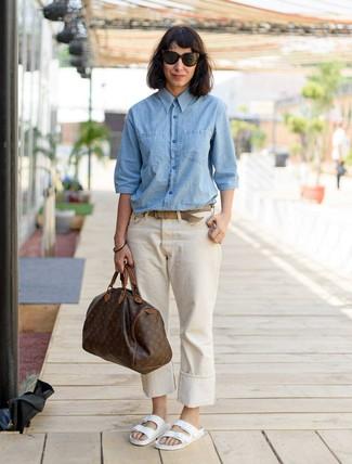 Cómo combinar: bolso deportivo de cuero estampado en marrón oscuro, sandalias planas de cuero blancas, vaqueros en beige, camisa de vestir de cambray celeste