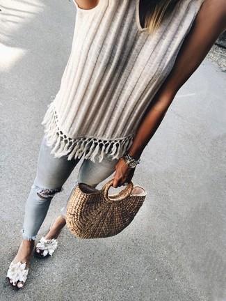 Combinar una bolsa tote de paja marrón claro: Una camiseta sin manga de punto blanca y una bolsa tote de paja marrón claro son una gran fórmula de vestimenta para tener en tu clóset. ¿Te sientes valiente? Usa un par de sandalias planas de lona con print de flores blancas.