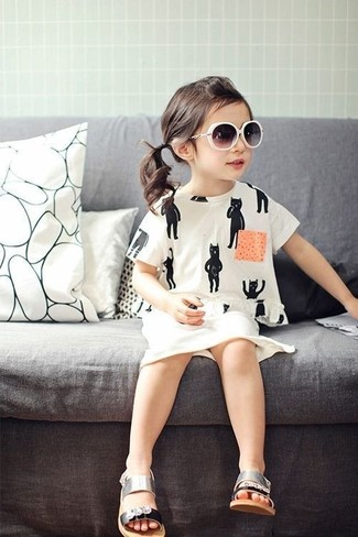 Cómo combinar: sandalias plateadas, falda blanca, camiseta blanca