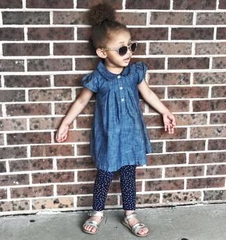 Look de moda: Sandalias plateadas, Leggings a lunares azul marino, Vestido vaquero azul