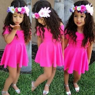 Cómo combinar: sandalias plateadas, vestido rosa