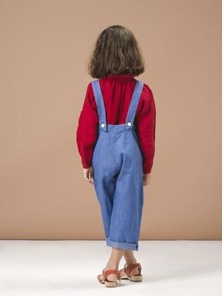Cómo combinar: sandalias rojas, peto azul, blusa de manga larga roja