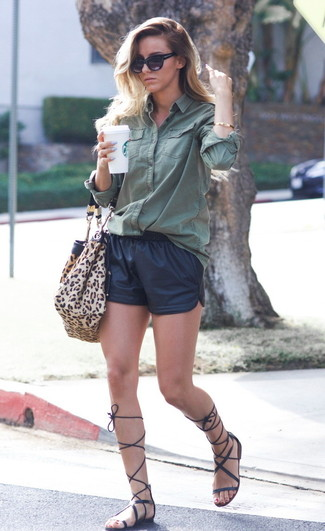 Cómo combinar: bolsa tote de ante de leopardo marrón claro, sandalias romanas altas de cuero negras, pantalones cortos de cuero negros, camisa de vestir verde oscuro