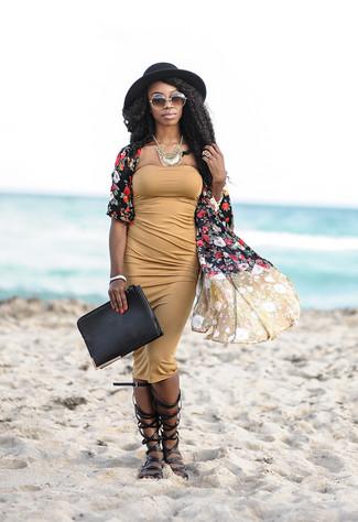 Cómo combinar: cartera sobre de cuero negra, sandalias romanas altas de cuero negras, vestido ajustado marrón claro, quimono con print de flores negro