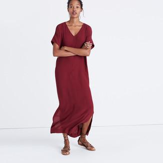 Cómo combinar: sandalias romanas de cuero en marrón oscuro, vestido largo burdeos