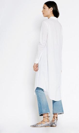 Cómo combinar: sandalias romanas de cuero con print de serpiente grises, vaqueros de campana desgastados azules, vestido camisa blanca