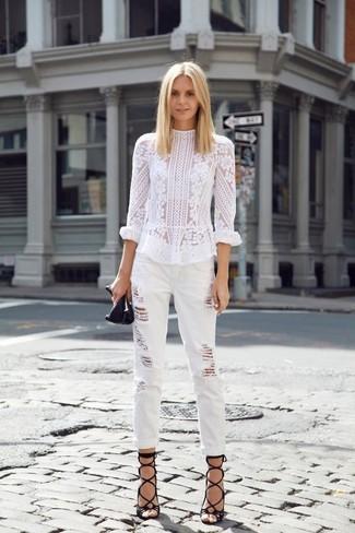 Cómo combinar: sandalias romanas de cuero negras, vaqueros boyfriend desgastados blancos, blusa de manga larga de encaje blanca
