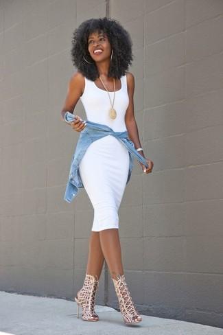 Cómo combinar: colgante dorado, sandalias romanas de cuero en beige, camisa vaquera celeste, vestido ajustado blanco