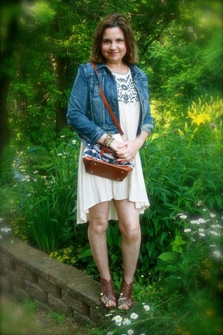 Cómo combinar: pulsera en multicolor, sandalias romanas de cuero en marrón oscuro, vestido amplio estampado en beige, chaqueta vaquera azul