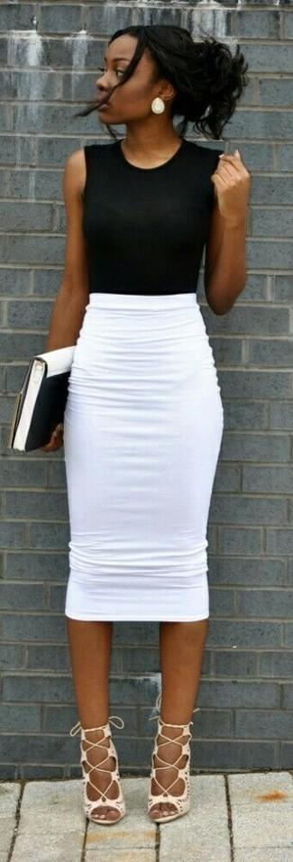 Cómo combinar: cartera sobre de cuero en blanco y negro, sandalias romanas de cuero blancas, falda lápiz blanca, blusa sin mangas negra
