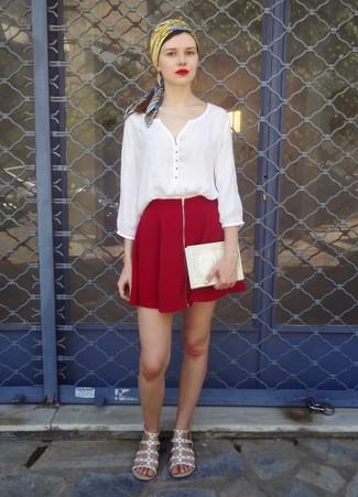 Cómo combinar: cartera sobre estampada en beige, sandalias romanas de cuero blancas, falda skater burdeos, blusa campesina blanca