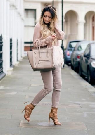 Cómo combinar: bolsa tote de cuero en beige, sandalias romanas de cuero marrónes, vaqueros pitillo en beige, jersey de pico rosado