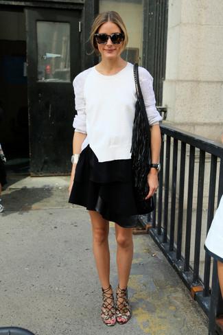 Cómo combinar: mochila con cordón сon flecos negra, sandalias romanas de cuero grises, minifalda de cuero negra, jersey con cuello circular de encaje blanco
