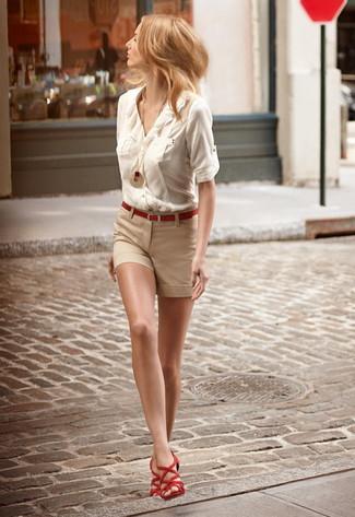 Cómo combinar: correa roja, sandalias romanas de ante rojas, pantalones cortos en beige, blusa de botones en beige