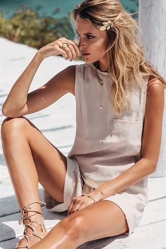Cómo combinar: cinta para la cabeza dorada, sandalias romanas de cuero en beige, pantalones cortos en beige, blusa sin mangas de seda en beige