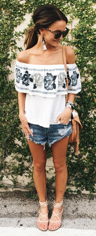 Cómo combinar: bolso bandolera de cuero marrón claro, sandalias romanas de cuero en beige, pantalones cortos vaqueros azul marino, top con hombros descubiertos con print de flores blanco