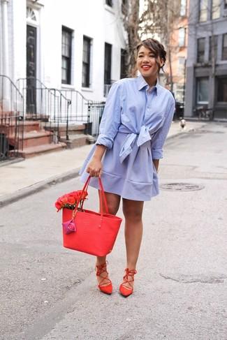 Cómo combinar: bolsa tote de cuero roja, sandalias romanas de ante rojas, falda skater celeste, camisa de vestir celeste