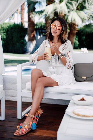 Cómo combinar: gafas de sol naranjas, sandalias romanas de cuero en multicolor, top de bikini negro, vestido playero con ojete blanco