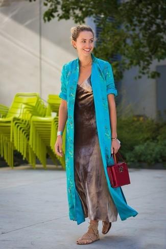 Combinar un abrigo duster en turquesa: Usa un abrigo duster en turquesa y un vestido largo plateado para conseguir una apariencia glamurosa y elegante. Si no quieres vestir totalmente formal, haz sandalias romanas de cuero en beige tu calzado.