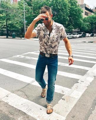 Cómo combinar: correa de cuero en marrón oscuro, sandalias de ante grises, vaqueros en verde azulado, camisa de manga corta estampada en beige