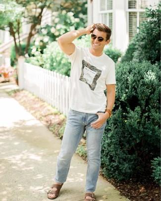 Cómo combinar: gafas de sol en marrón oscuro, sandalias de cuero en marrón oscuro, vaqueros celestes, camiseta con cuello circular estampada blanca
