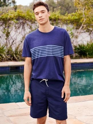 Cómo combinar: shorts de baño azul marino, camiseta con cuello circular de rayas horizontales azul marino