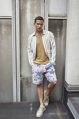 Cómo combinar: tenis en beige, shorts de baño con print de flores rosados, camiseta con cuello circular marrón claro, camisa de manga larga de rayas verticales blanca