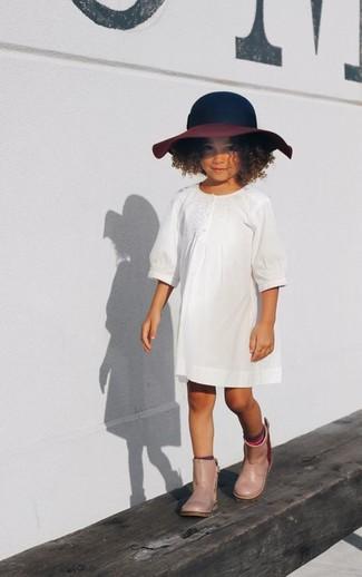 Cómo combinar: sombrero azul marino, botas de lluvia en beige, vestido blanco