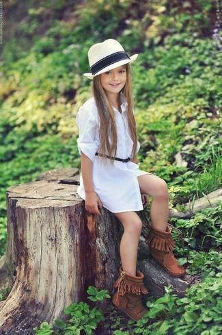 Cómo combinar: sombrero blanco, botas ugg marrónes, vestido blanco