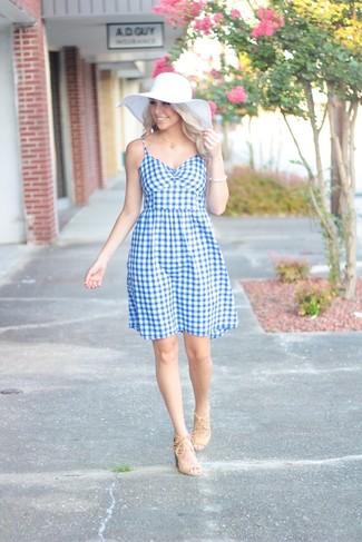 Cómo combinar: pulsera blanca, sombrero de paja blanco, sandalias de tacón de ante en beige, vestido de vuelo de cuadro vichy celeste