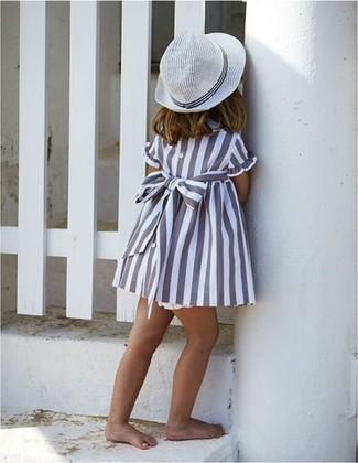 Cómo combinar: sombrero blanco, vestido gris