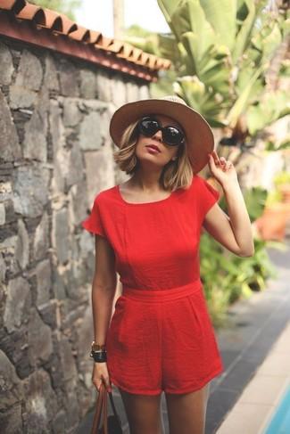 Cómo combinar: gafas de sol negras, sombrero de paja en beige, bolsa tote de cuero marrón, mono corto rojo